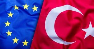 Flaggen der Türkei und der Europäischen Gemeinschaft Die Türkei-Flagge und EU-Flagge Weltflaggenkonzept Stockfotografie