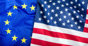Flaggen der USA und der Europäischen Gemeinschaft Amerikanische Flagge und EU-Flagge Flaggeninneresterne Weltflaggenkonzept Stockbild
