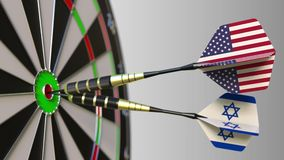 Flaggen der USA und des Israels auf den Pfeilen, die Bullauge des Ziels schlagen Internationale Zusammenarbeit oder Wettbewerb be