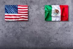 Flaggen der USA und des Mexikos auf konkretem Hintergrund Lizenzfreies Stockbild