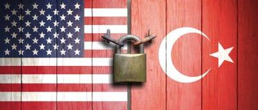 Flaggen der Vereinigten Staaten von Amerika und der Türkei auf Holztür mit Vorhängeschloß Abbildung 3D lizenzfreie abbildung