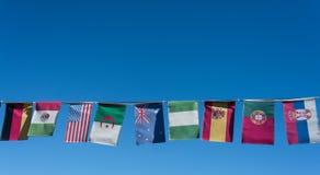 Flaggen der Welt auf einer Fahne Stockfoto