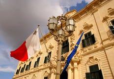 Flaggen, die auf das Gebäude des Palastes des Premierministers in Valletta wellenartig bewegen Stockfotografie