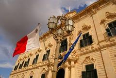 Flaggen, die auf das Gebäude des Palastes des Premierministers in Valletta wellenartig bewegen Lizenzfreies Stockfoto