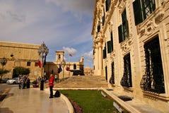 Flaggen, die auf das Gebäude des Palastes des Premierministers in Valletta wellenartig bewegen Lizenzfreies Stockbild