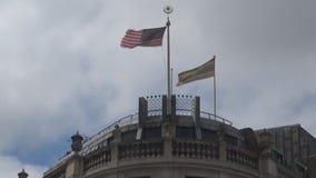 Flaggen, die auf Gebäude wellenartig bewegen stock footage