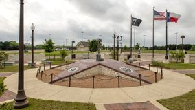 Flaggen, die bei Memorial Park des Veterans, Ennis, Texas fliegen lizenzfreie stockfotografie