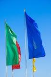 Flaggen, die in den Wind wellenartig bewegen Lizenzfreies Stockbild