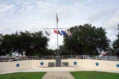 Flaggen, die an einem patriotischen Park fliegen Stockfotos