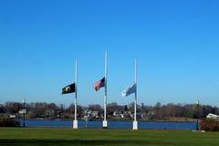 Flaggen, die am halben Mast fliegen lizenzfreies stockfoto