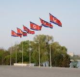 Flaggen DPRK (Nordkorea) in Pjöngjang stockbilder