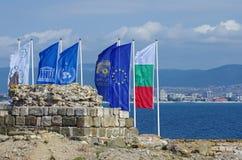 Flaggen durch das Meer Lizenzfreie Stockfotos