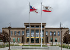 Flaggen am Lassen County Gericht lizenzfreie stockfotografie