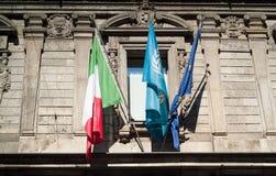 Flaggen in Mailand Lizenzfreie Stockfotos