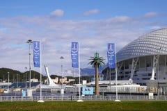Flaggen mit dem Aufschrift Willkommen nach Sochi in Adler, Russland Lizenzfreie Stockfotos
