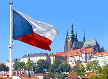 Flaggen-, Prag-Schloss und wenig Stadt, Prag, Tschechische Republik stockfotos