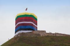Flaggen um den Gediminas-Turm Lizenzfreies Stockfoto