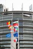 Flaggen- und Frankreich-Flagge der Europäischen Gemeinschaft fliegt am Halbmast Stockbilder