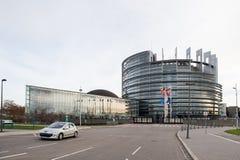 Flaggen- und Frankreich-Flagge der Europäischen Gemeinschaft fliegt am Halbmast Lizenzfreie Stockbilder