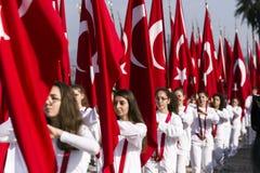 Flaggen und Studenten Turish Lizenzfreies Stockbild