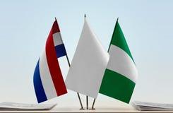 Flaggen von den Niederlanden und von Nigeria stockbild