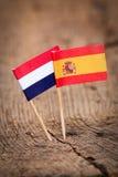 Flaggen von den Niederlanden und von Spanien stockbild