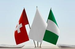 Flaggen von der Schweiz und von Nigeria lizenzfreie stockfotos