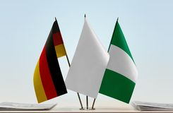 Flaggen von Deutschland und von Nigeria lizenzfreie stockfotografie