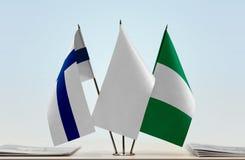 Flaggen von Finnland und von Nigeria lizenzfreie stockfotos