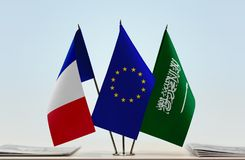Flaggen von Frankreich EU und von Saudi-Arabien stockbild