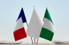 Flaggen von Frankreich und von Nigeria lizenzfreies stockfoto