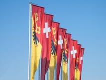 Flaggen von Genf und von Schweiz, die im Wind in Genf, eine des economyc und der Finanznaben des Landes aufgeben Stockbilder
