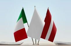 Flaggen von Italien und von Lettland lizenzfreie stockfotos