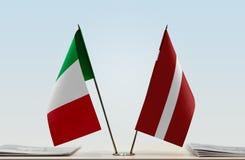 Flaggen von Italien und von Lettland lizenzfreie stockbilder