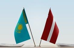 Flaggen von Kasachstan und von Lettland lizenzfreie stockbilder