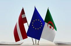 Flaggen von Lettland EU und von Algerien lizenzfreie stockfotos