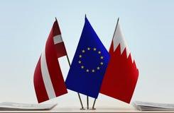 Flaggen von Lettland EU und von Bahrain lizenzfreies stockfoto
