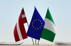 Flaggen von Lettland EU und von Nigeria lizenzfreie stockfotos