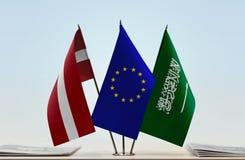 Flaggen von Lettland EU und von Saudi-Arabien stockfotos