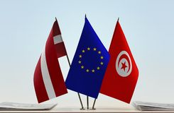 Flaggen von Lettland EU und von Tunesien lizenzfreie stockbilder