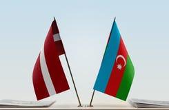 Flaggen von Lettland und von Aserbaidschan stockbilder