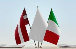 Flaggen von Lettland und von Italien lizenzfreie stockfotos