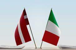 Flaggen von Lettland und von Italien lizenzfreie stockfotografie