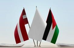 Flaggen von Lettland und von Jordanien lizenzfreies stockbild
