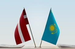 Flaggen von Lettland und von Kasachstan stockfotografie