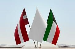 Flaggen von Lettland und von Kuwait stockbild