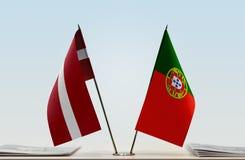 Flaggen von Lettland und von Portugal lizenzfreie stockbilder