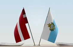 Flaggen von Lettland und von San Marino stockfotos