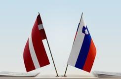 Flaggen von Lettland und von Slowenien stockfotos