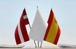 Flaggen von Lettland und von Spanien lizenzfreies stockbild